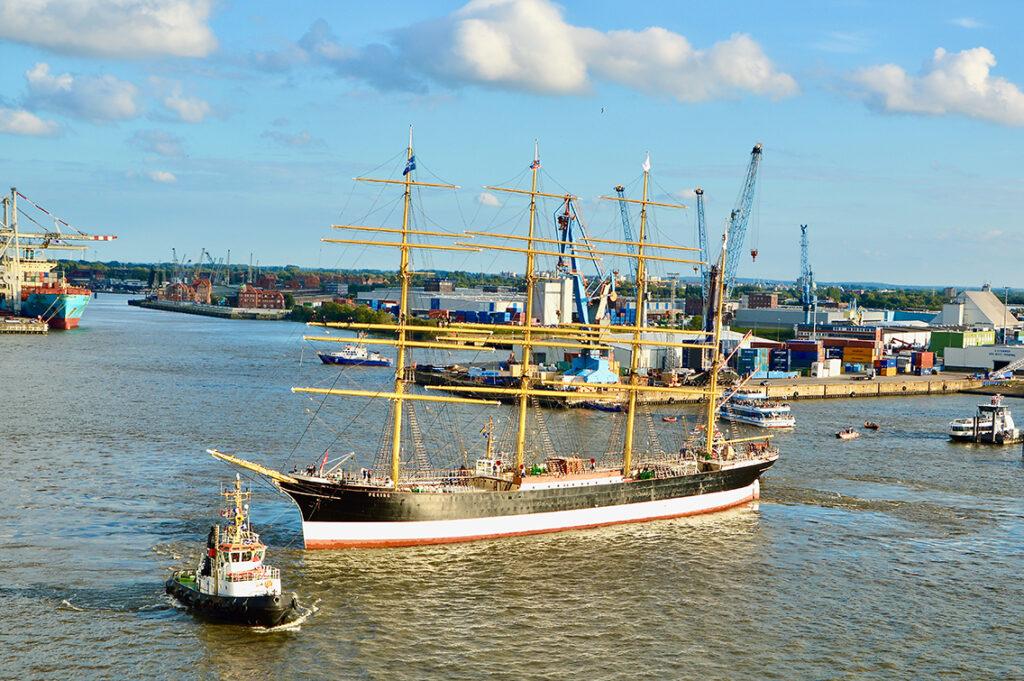 Wendemanöver gegenüber dem Elbphilharmonie-Anleger der HafenCity, um dann rückwärts zum Anlegen im Hansahafen am Bremer Kai direkt vorm Hafenmuseum Hamburg gezogen zu werden. © Wolfgang Timpe