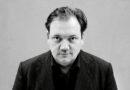 """Schauspieler, """"Polizeiruf 110""""- und Schauspielhaus-Hamburg-Star Charly Hübner liest beim Harbour Front Literaturfestival 2020 Passagen aus Sinclair Lewis' """"Das ist bei uns nicht möglich"""": """"Na ja, es ist ein Buch, das erstaunlich wirkt, da es einem spiegelt, dass auch zu anderen Zeiten darüber geschrieben, gestritten und gebangt wurde, was die Menschheit am besten zusammenhält."""" © Peter Hartwig"""