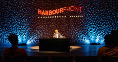 Navid Kermani eröffnet das 12. Harbour-Front-Literaturfestival: Die Tochter von Navid Kermani hält bis heute die Drumsticks in Ehren, die ihr Neil Youngs Schlagzeuger nach einem Auftritt in der italienischen Stadt Lucca schenkte. © Thomas Hampel