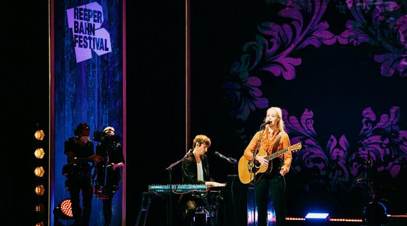 """Frontfrau Tina Dico, die das Partnerland Dänemark repräsentiert, berührt ihre Fans im Operettenhaus mit Liedern wie """"Whispers"""" oder """"Kids go where the Light"""": """"Ich bin so dankbar, wieder Live-Musik machen zu können."""" © Niklas Heinecke"""