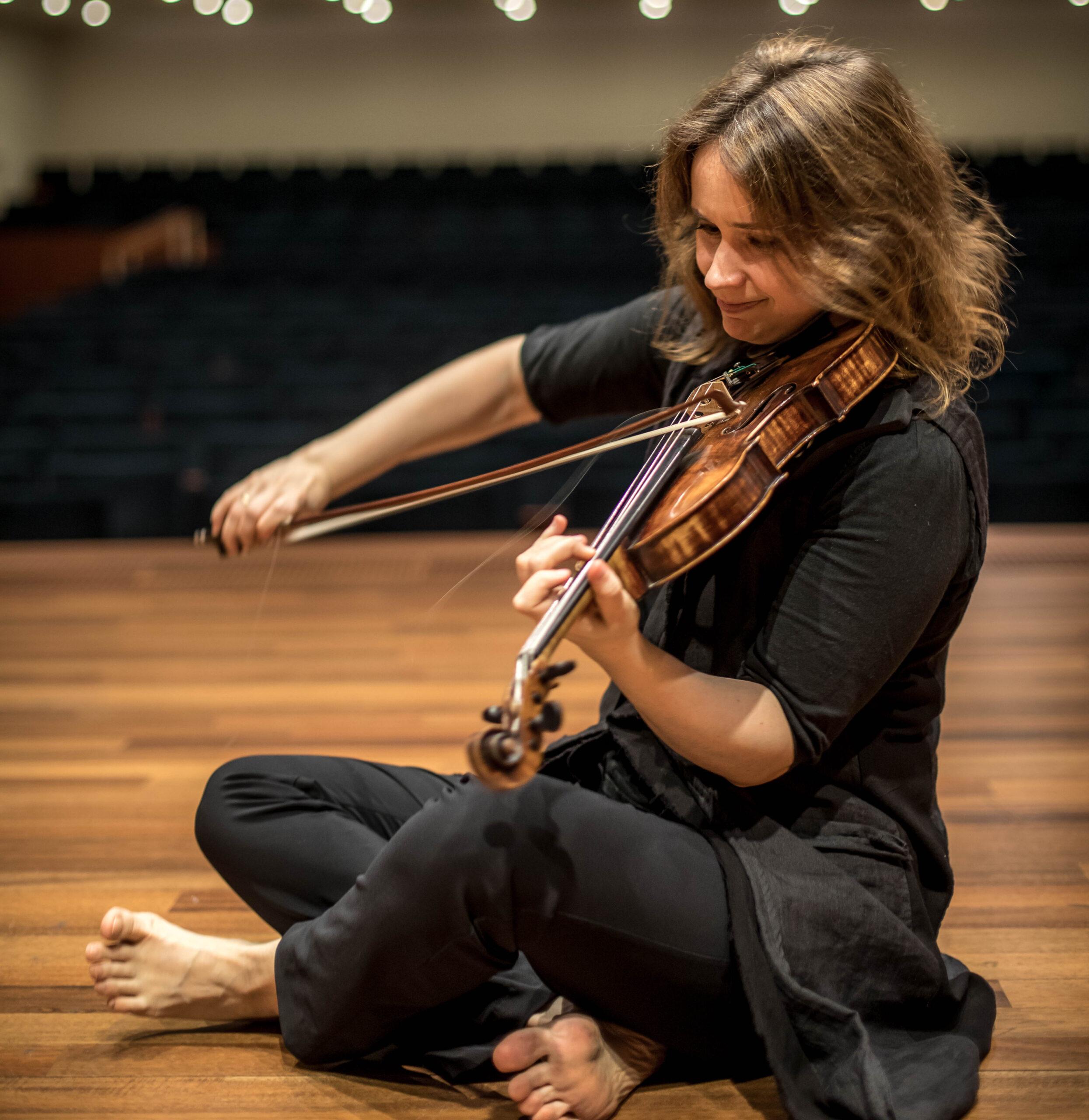 """Als Nicht-Österreicherin könne das Mädel doch keinen Mozart spielen, hieß es. All diese Erfahrungen hinterließen Spuren. Patricia Kopatchinskaja lernte, sich anzupassen. In jeder Kultur, überall. Zugleich wurde ihr bewusst: """"Letztlich kann ich mich nur auf mich selber verlassen."""" © https://en.patriciakopatchinskaja.com/photo-albums"""