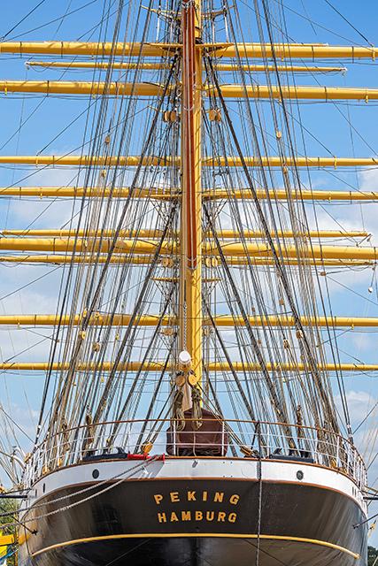 1909 hatte die Reederei F. Laeisz die Viermastbark bei Blohm & Voss in Hamburg in Auftrag gegeben und am 16. Mai 1911 in Dienst gestellt. Bei einer Breite von 14,4 Metern, einer Länge von 115 Metern und einem Tiefgang von 7,24 Metern erreichte das bis zu 17 Knoten schnelle Frachtschiff eine Verdrängung von 6.280 Tonnen. Die Effizienz des Schiffes, das mit einer Besatzung von lediglich 32 Mann auskam, beeindruckt bis heute. © Jan Sieg / SHMH