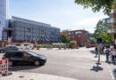 Standort für das neue Nullemissionshaus der HafenCity Hamburg GmbH: Auf dem rund 1.500 m² großen Baufeld soll ein sechsgeschossiges, circa 7.200 m² Bruttogrundfläche (BGF) umfassendes Bürogebäude entstehen. In den Erdgeschosslagen des Gebäudes sind attraktive Nutzungen vorgesehen wie zum Beispiel Ladeneinheiten, Gastronomie, Kultur oder Dienstleistungen, die weitere Angebote für die Nachbarschaft schaffen und einen Beitrag zu einem lebendigen Straßenraum leisten. Aufgrund der Nähe des sich im Bau befindlichen neuen Kreuzfahrtterminals (Hamburg Cruise Center HafenCity) wird im Unterschoss des neuen Gebäudes die notwendige Landstromanlage zur nachhaltigen Versorgung der Kreuzfahrtschiffe integriert. Damit können die Schadstoffemissionen der Schiffe während der Liegezeiten deutlich minimiert werden. © Thomas Hampel