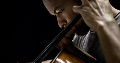 """Der 21-Jährige Cellist Sheku Kanneh-Mason, der vor vier Jahren als erster Schwarzer den BBC-Young-Musician-Preis gewann, lümmelt sich beim Interview in Jeans und T-Shirt auf dem Sofa: """"Das Improvisieren lernte ich von den Jazzern, mit denen ich zusammengearbeitet habe."""" © John Davis"""