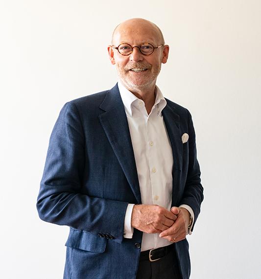 """Innovationssenator Michael Westhagemann: """"Die Cluster liefern uns als Behörde schnell Informationen darüber, wie es in einer Branche wirklich aussieht. Wir müssen gemeinsam überlegen, gerade im  Bereich Tourismus und Gastronomie, was wir dazu beitragen können, dass sich Märkte und einzelne Branchen schnell erholen nach der Pandemie."""" © Thomas Hampel"""