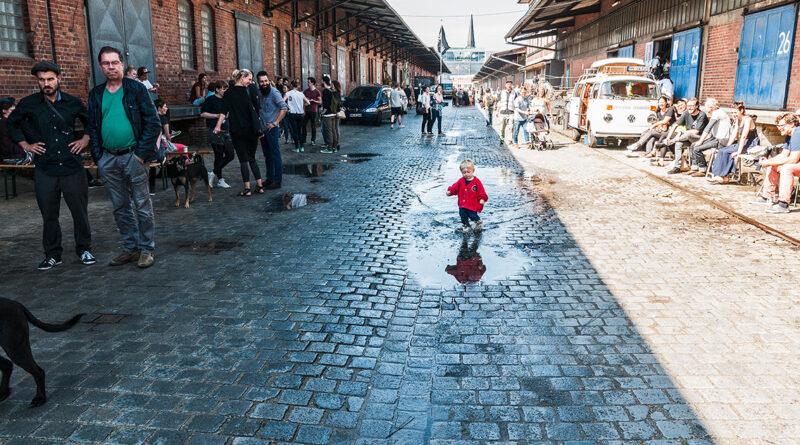 """Partizipationsmanagerin Julia Senft von der Nutzer*innen-Initiative """"5 plus 1"""": """"Die Menschen proben im Oberhafen, wie man Stadt neu denken kann und wollen Lösungen und Konzepte finden."""" © Malte Spindler / Die Brueder Publishing"""