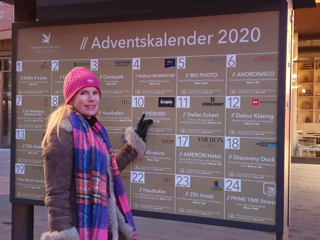 """Vivian Brodersen, Kultur- und Marketingmanagerin Überseequartier Nord, und der Adventskalender 2020 mit täglichen Verlosungen um 18 Uhr: """"Die Gewinner werden telefonisch benachrichtigt und können ihre Gewinne im Geschäft abholen."""" © Corinna Chateaubourg"""
