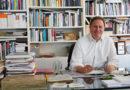 """Dr. Carsten Brosda, Präses der Behörde für Kultur und Medien, an seinem Schreibtisch im Hanseviertel: """"Wir haben neu gelernt, wie wir aufeinander angewiesen sind und alleine eben nicht klarkommen können."""" © Thomas Hampel"""