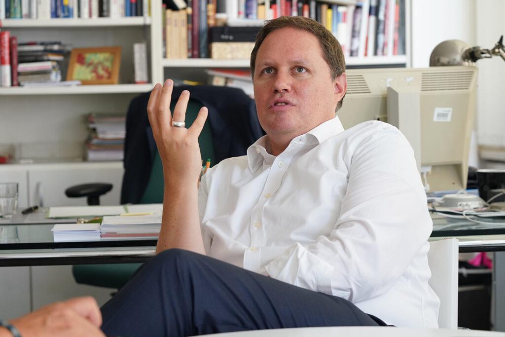 Kultursenator Dr. Carsten Brosda beim Gespräch mit der HafenCity Zeitung in seinem Büro der Behörde für Kultur und Medien im Hanseviertel. © Thomas Hampel