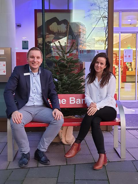 """Caren Fieguth,  Filialdirektorin HafenCity, und ihr Stellvertreter Sebastian Hengelhaupt: """"In diesem Jahr müssen wir leider auf Waffelbacken, Weihnachtsbaumschmücken durch Kinder und andere gesellige Aktionen verzichten. Wir werden aber in unseren beiden Filialen in der HafenCity das Beste geben, um mit entspannter und weihnachtlicher Atmosphäre, einem Baum und Dekoration jedem Gast die Adventszeit zu verschönern. Um Wege zu sparen, ist die Haspa auch telefonisch, per Mail, Chat und Video-Chat für ihre Kunden da. Und unser Girokonto HaspaJoker hilft sogar beim Tannenbaumkauf und mit Geschenkideen weiter."""" © Corinna Chateaubourg"""