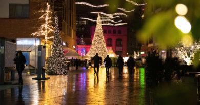 """Dr. Claudia Weise, Quartiersmanagerin Überseequartier Nord und Vorsitzende der Werbegemeinschaft Überseeboulevard: """"Wir haben uns jetzt auf unsere Weihnachtsdeko konzentriert: Unsere 'wahnsinnigen' Flügel, unseren Pegasus und die Tanne mit 40.000 LED-Lichtern – das One World Trade Center hat nur 30.000 LED-Lichter – das sind unsere Alleinstellungsmerkmale im Corona-Jahr 2020."""" © ÜSQN / Überseeboulevard"""