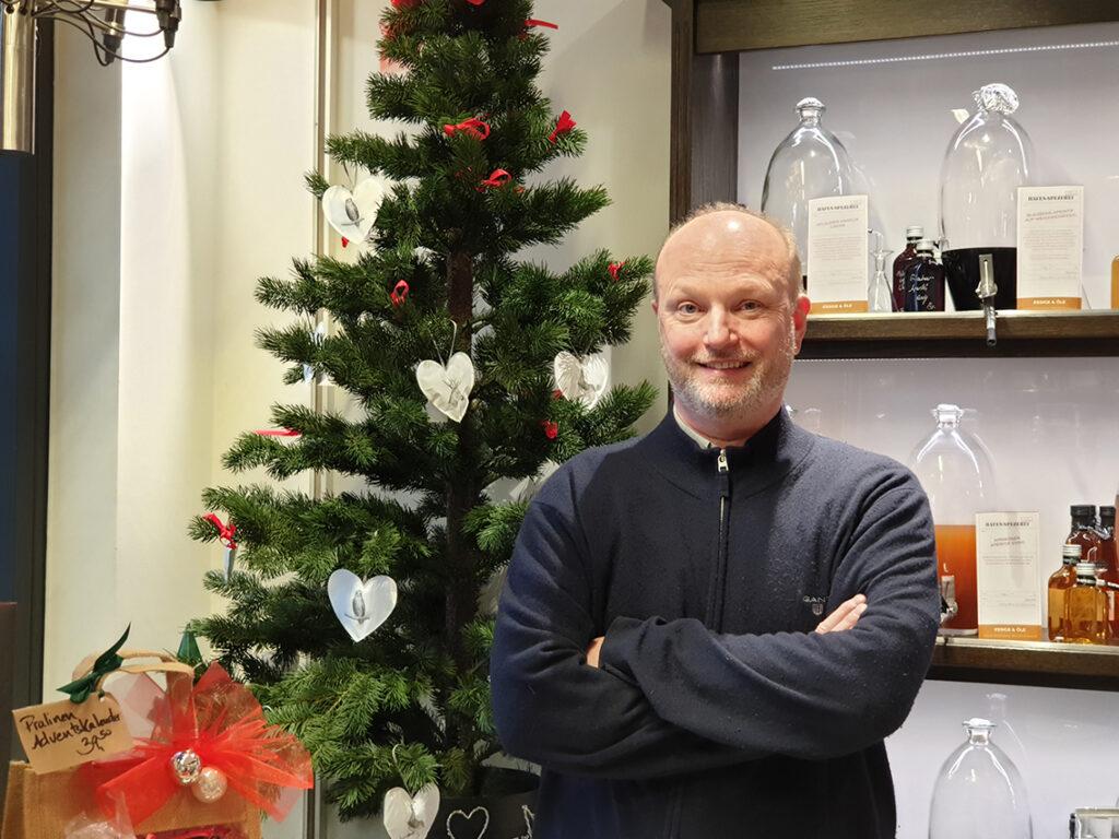 """Lutz Kneissl,  Inhaber Hafen-Spezerei: """"Ich fürchte, dass in diesem Jahr sehr wenige Menschen kommen werden, weil der Weihnachtsmarkt und die Lounge, die jedes Jahr von allen Hamburgern gut angenommen worden sind, fehlen. Wir hoffen zwar noch auf einige Weihnachtseinkäufer, aber im Prinzip ist Weihnachten 2020 für uns komplett verhagelt. Dabei könnte man hier schön shoppen gehen, da die Läden klein und individuell sind, und man in der Regel viel Platz und Abstand hat. Da die Kontaktbeschränkungen noch bis kurz vor Weihnachten gelten, kommen zurzeit einfach viel zu wenig Menschen in die HafenCity."""" © Corinna Chateaubourg"""