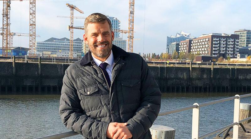 """Falko Droßmann ist als Bezirkschef neben 18 anderen Stadtteilen auch für die HafenCity zuständig: """"Wenn ich dieser Tage durch leere Einkaufsstraßen gehe, die mit ihrer Weihnachtsbeleuchtung wie ein Zitat aus einer anderen Zeit erscheinen, wird mir schwer ums Herz. Nein. 2020 hat mich nicht reicher gemacht."""" © Bezirksamt Hamburg-Mitte"""