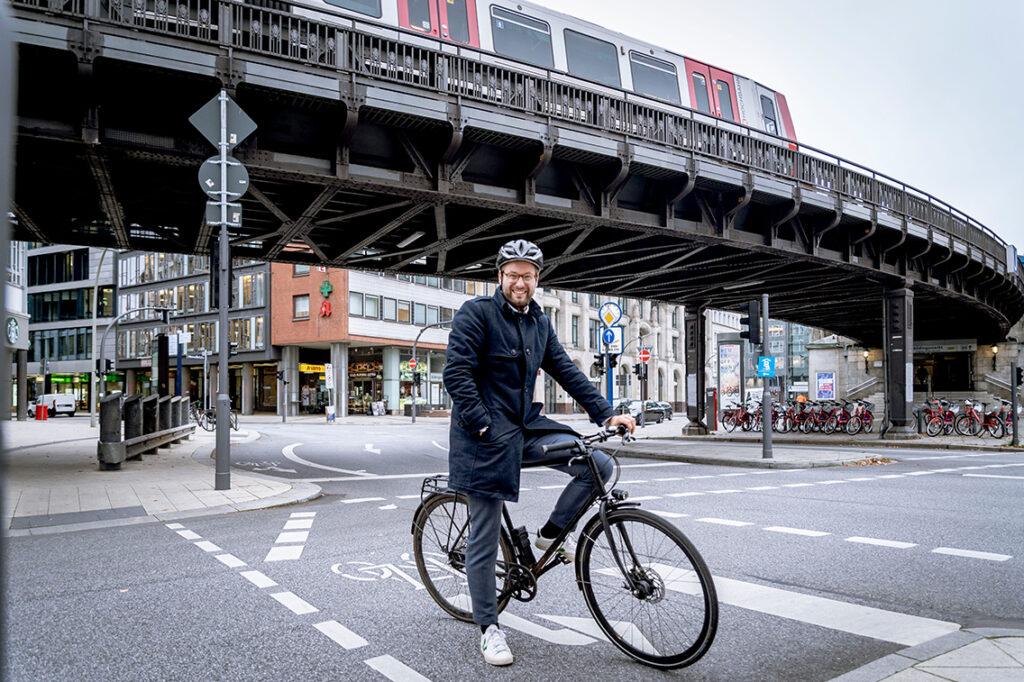 """""""Bus, Bahn, Sharing-Angebote und das Fahrrad sollen die Hamburgerinnen und Hamburger immer komfortabler, einfacher und sicherer durch unsere Stadt bringen.""""@ BVM"""