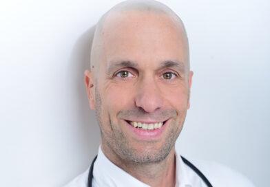 """Ernährungsmediziner Niels Schulz-Ruhtenberg von Ärzte am Kaiserkai: """"Zucker fördert viele Krankheiten, meiden Sie ihn so konsequent wie möglich. Viel Zucker steckt in Fertigprodukten, Süßigkeiten, Getränken. Trainieren Sie Ihren Geschmack um auf weniger süß. Bei Bedarf etwas Stevia oder Erythrit zum Süßen als Kompromiss."""" © Privat"""
