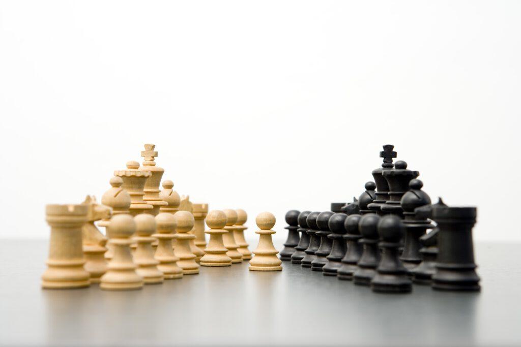 Selbst kluge und konsequente Schachzüge gegen das Virus starten. © mauritius images | BY