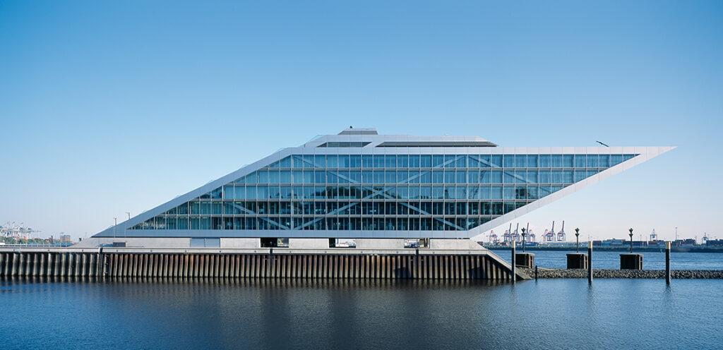 """Hadi Teherani-Gebäude Dockland, Van-der-Smissen-Straße: """"Ich baue meistens Häuser mit eleganten Linien und Formen. So möchte ich perfekte Werke erschaffen. Darum versuche ich, Dachaufbauten oder Rückkühlwerke, die den eigentlichen Entwurf konterkarieren, in die Architektur einzubeziehen."""" © Jörg Hempel, Aachen"""