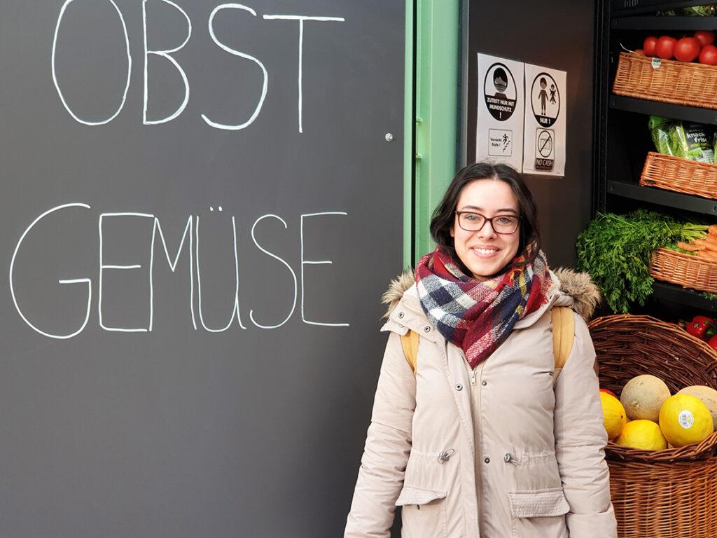 """Kimberly Dinissen:   """"Ich wollte heute meinen Samstagseinkauf im früheren Edeka-Markt hier machen und habe die Container zufällig gesehen. Ich habe alles gefunden, was ich brauche, und bin zufrieden."""" © Corinna Chateaubourg"""