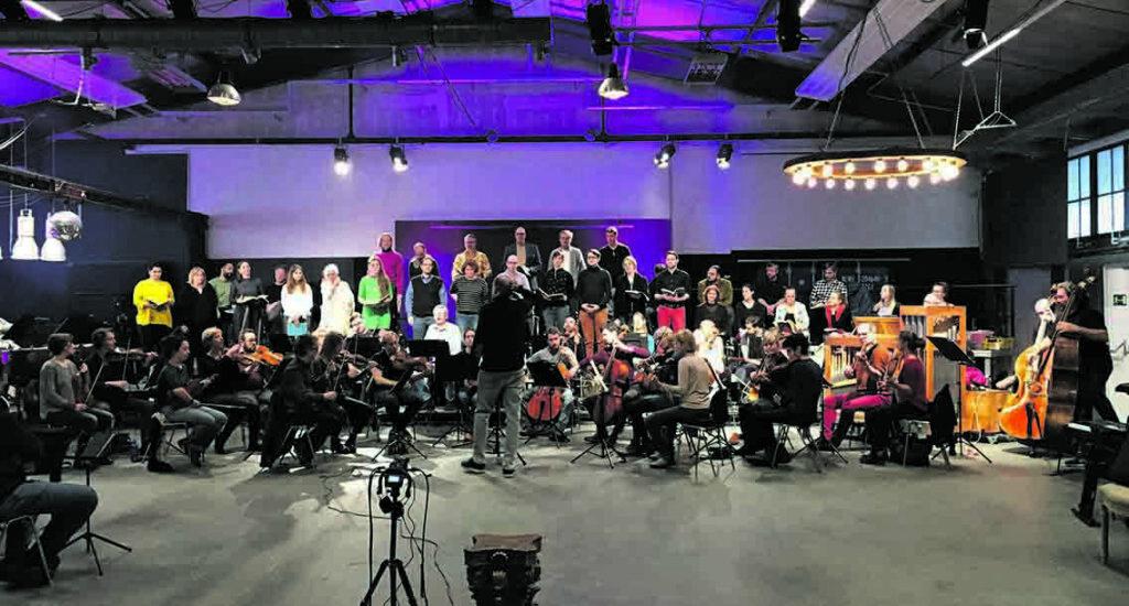 Beim Proben sind Balthasar-Neumann-Chor und -Ensemble unter der Leitung von Thomas Hengelbrock ganz schön eng zusammengerückt – natürlich unter Einhaltung strikter Corona-Test- und -Hygienemaßnahmen.  © Jürgen Carstensen