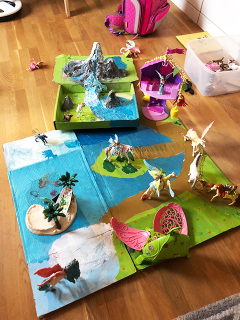 Helena, 7, hat sich eine eigene Zauber-Landschaft für ihre Spielpferdchen und magischen Einhörner gebastelt. © Privat