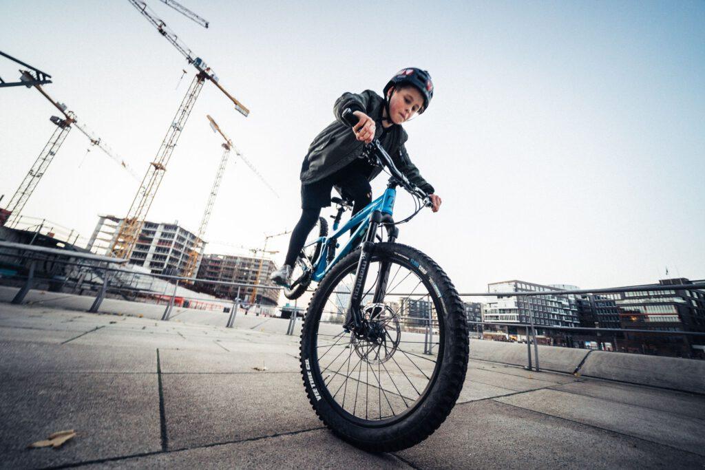 Janni, 11, ist froh, wenn er an den Marco-Polo-Terrassen an der frischen Luft beim Downhill Biken entspannen kann. © Privat