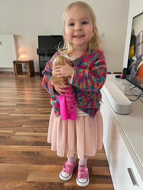 """Lillie, 3, gestaltet mit der bunten Knete am liebsten """"Essen"""" für ihre Puppen in der Puppenküche. © Privat"""