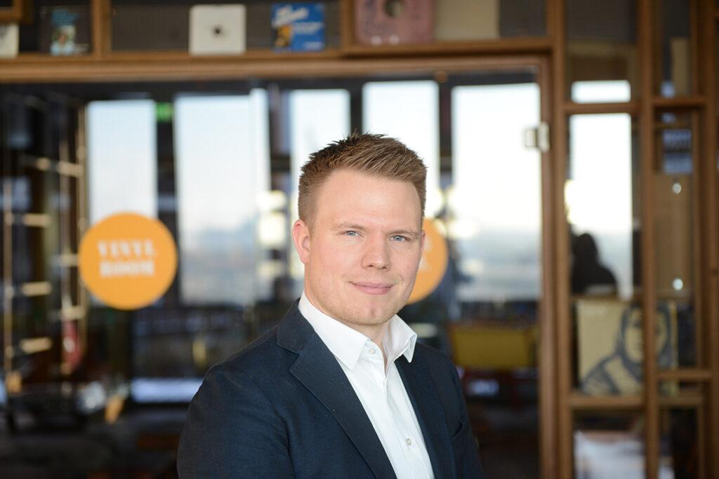 Marc Sternberg (36) hat 2006 als Kellner im Chilli Club in der HafenCity angeheuert, danach sein Studium zum Ökonom für Marketing und Vertrieb abgeschlossen und arbeitet seit 2010 als selbstständiger Marketing- und Eventberater. Und seit 2019 hat er zusätzlich als Food-Container-Vermieter die ContainerKlappe mit seinem Partner Florian Scherer gegründet. © Jonas Wölk