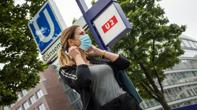 Wer in Hamburg seit 1. Februar in öffentlichen Räumen, beim Einkaufen oder in Bus und Bahn keine FFP2- oder OP-Maske trägt, muss mit einem Bußgeld von 150 Euro rechnen. Der Senat hat harte Kontrollen angekündigt. © picture alliance / dpa-tmn | Christin