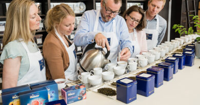 Szenen einer Vergangenheit: Teeschulung mit dem Meßmer-Momentum-Geschäftsführer Peter Nimpsch. © Meßmer MOMENTUM   www.Architekturfotografie-Bach.de