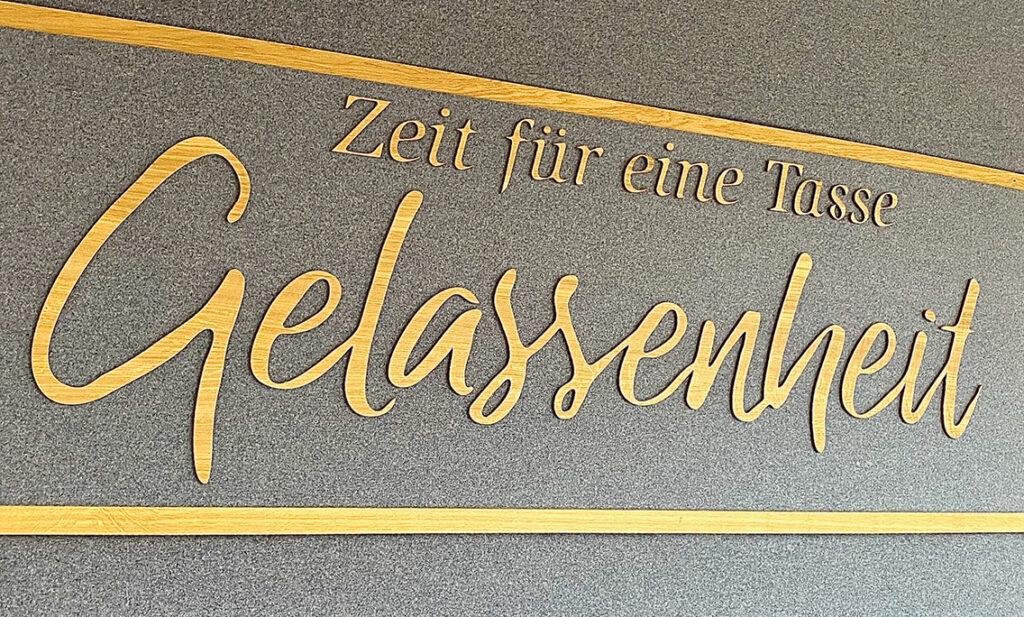 """""""Zeit für eine Tasse Gelassenheit"""": Ex-Meßmer-Momentum-Motto hinter der Tee-Theke am Kaiserkai 10. © Götz Weisener"""