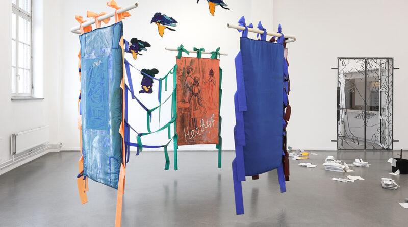 """Jessica Halm hat mit """"Heathcliff"""", benannt nach dem männlichen Helden aus Emily Brontes Roman """"Wuthering Heights"""", eine begehbare Installation erschaffen. Alle herabhängenden Flächen sind an seidenen Schlaufen befestigt. Die dynamische Asymmetrie der Faltwände regt zu ganz unterschiedlichen Betrachtungsweisen an. © Nominees, Installationsansicht, Kunsthaus Hamburg 2021, Foto: Hayo"""