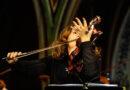 Am 31. März füllt die Residenzkünstlerin und Geigerin Patricia Kopatchinskaja den Großen Saal der Elbphilharmonie: Bei der moldawischen Geigerin geht es nicht allein um schöne Klänge, sie gibt sich ganz der Wucht des Augenblicks hin. © www.patriciakopatchinskaja.com