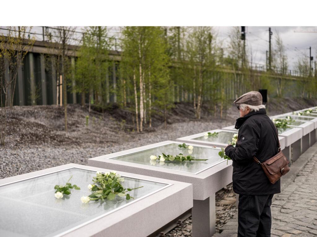 Die Namenstafeln am denk.mal Hannoverscher Bahnhof im Lohsepark, HafenCity, sind den über 8.000 deportierten Juden, Sinti und Roma gewidmet. © Miguel Ferraz | HafenCity Hamburg GmbH