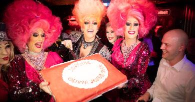 """Das Kiez-Team feiert im November 2018 10 Jahre Olivia Jones Bar: Barbie Stupid, Olivia Jones, Lee Jackson und Betriebsleiter Lukas (v.l.n.r.): """"Wenn man bei mir reinkommt, sieht es aus wie in der ,Muppet Show'."""" © www.olivia-jones.de   Marius Röer"""