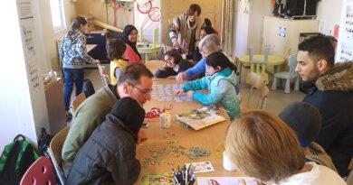 Spiel & Spaß am Mittwoch im Begegnungscafé in der Wohn- unterkunft (WUK) mit Fank Mehlin (links) und Barbara Lange (hinten stehend) © Sandra Munzinger