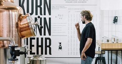 """Georg Glitz-Ehringhausen: """"Es kommen keine getrockneten Zitrusfrüchte zum Einsatz, sondern bloß frische Früchte. Dieses Verfahren garantiert aber ein natürliches Aroma."""" © Brennerei Ehringhausen"""