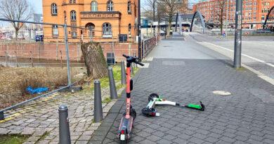 E-Scooter am Fußweg Sandtorkai vor Niederbaumbrücke. © Rando Aust
