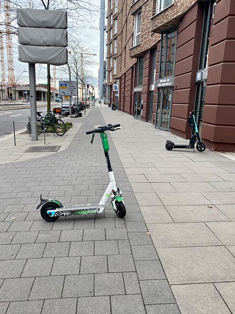 E-Scooter versperren Rad- und Fußweg am Dalmannkai. © Rando Aust