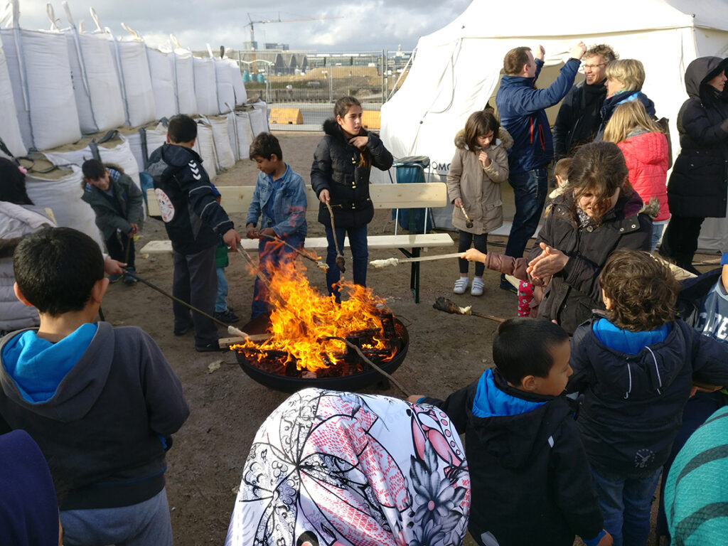 Grillfest 2018 auf dem Platz gegenüber der Wohnunterkunft mit den Domo-Zelten. © Flüchtlingshilfe HafenCity