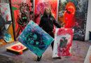 """Künstlerstar Jonathan """"Johnny"""" Meese in seinem Studio: """"Dann bekam ich ein Atelier im Hafenklang am Hamburger Fischmarkt. Ich besuchte eine Kunstmappenvorbereitungsschule in Blankenese und wurde im darauffolgenden Jahr tatsächlich an der Hochschule für bildende Künste Hamburg angenommen. Als die Zusage kam, haben Mami und ich in unserem winzigen Flur getanzt."""" © Jan Bauer"""