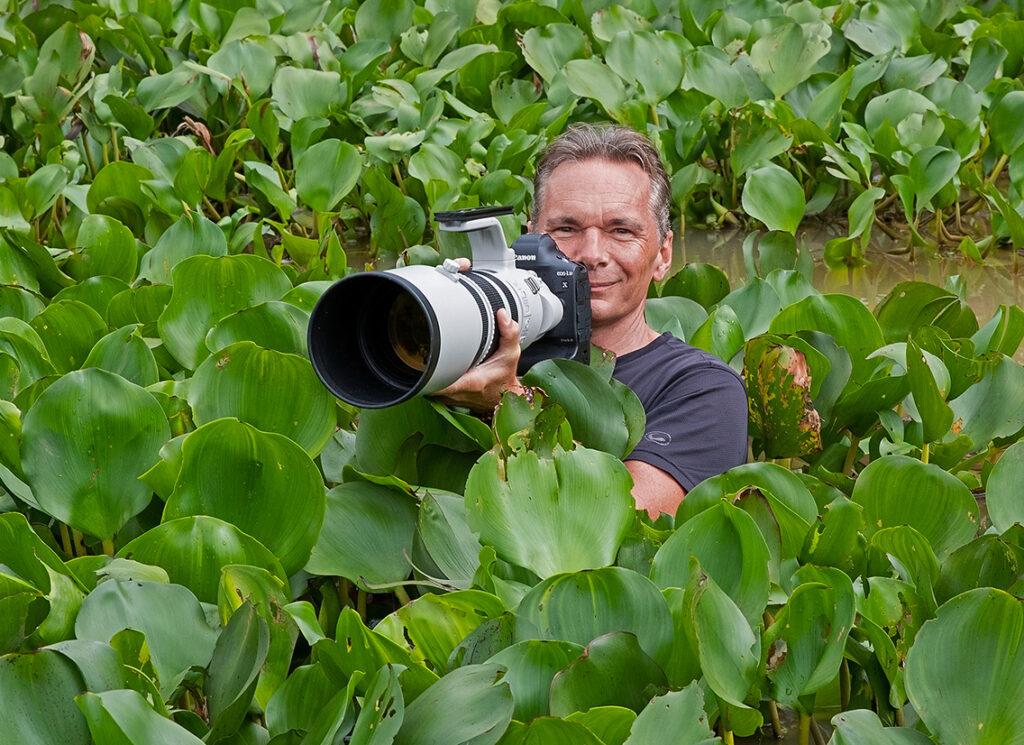 """Natur- und Tierfotograf Thorsten Milse mit seinem Dritten Auge, dem Teleobjektiv: """"Mit meinen Aufnahmen möchte ich das Bewusstsein für die Natur und deren Schutz schärfen und die zerbrechlichen Lebensräume der 'Survivor' aufzeigen.""""© Matthias Hempel"""