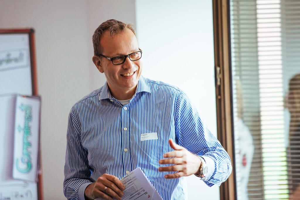 Ralf Brenner, Geschäftsführender Gesellschafter bei Fromm Managementseminare & -beratung: Im Endeffekt sollen sich Mitarbeiter:innen wie Unternehmen selbst helfen. © Fromm