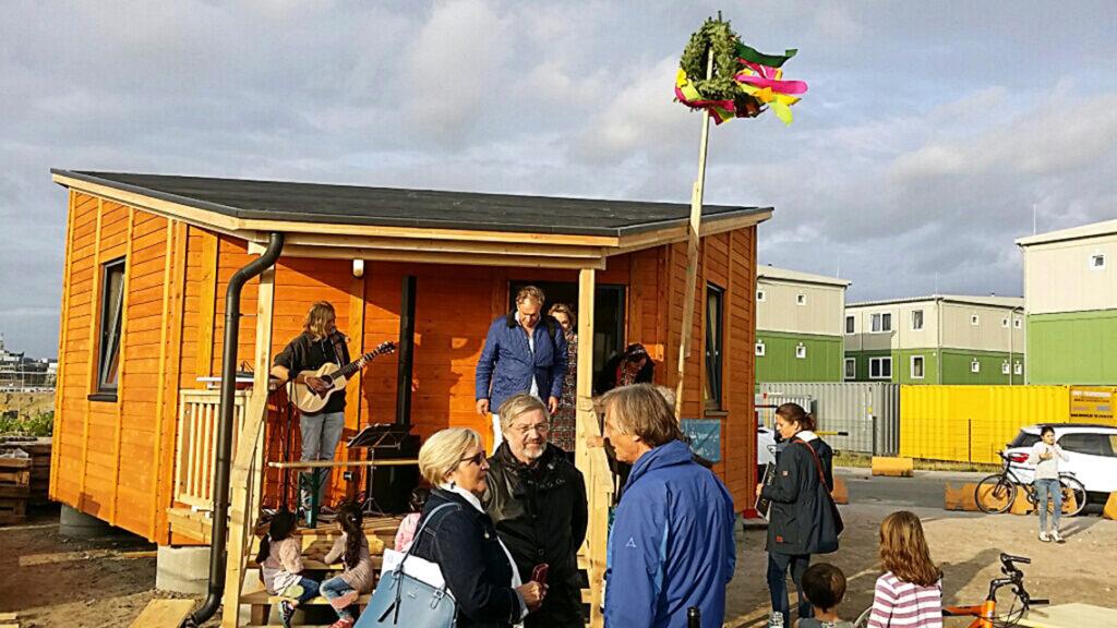Richtfest des 2018 gegenüber der Wohnunterkunft errichteten Holzhauses zum Gärtnern, Grillen und Feiern. © Flüchtlingshilfe HafenCity