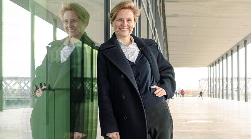 """HafenCity-Kuratorin Ellen Blumenstein: """"Ich mag Orte, die ihren Zweck noch nicht gefunden haben, zum Beispiel die Elbarkaden sind völlig dysfunktional, ein Un-Ort. Das mag ich, weil es meine Fantasie anregt, neue Nutzungen für diesen Ort zu erfinden."""" © Thomas Hampel"""