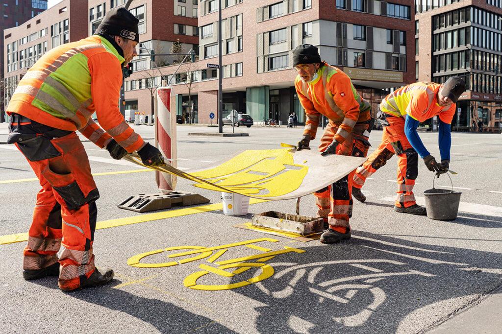 Mitarbeiter der HBV, der Hanseatischen Baustellen- und Verkehrssicherung, bereiteten ab fünf Uhr morgens die Pop-up-Bikelane am Sandtorkai / Bei St. Annen vor. © Thomas Hampel
