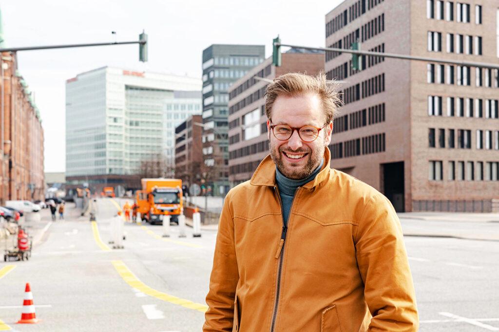 """""""Also, wir haben recht kurzfristig für kleines Geld einen fast zwei Kilometer langen Radweg angelegt und probieren das aus. Das ist eine Angebotsplanung an einer Stelle, wo wir gerne den Radverkehr fördern wollen und ich mir gut vorstellen kann, dass die Bewohner:innen der HafenCity das auch gut finden und nutzen werden. Ich bin optimistisch"""", sagt Mobilitätswendesenator Anjes Tjarks. © Thomas Hampel"""