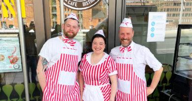 """Antonio Fabrizis Eiscreme-Team: Christian (l.), Nancy und Toni: """"Eiscreme muss die optimale Temperatur, eine traumhafte Cremigkeit und natürlich eine gewisse Süße besitzen."""" © Toni"""