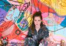 """Larissa Kerner mit der Schnauzer-Terrier-Hündin Ruba (14) – """"sie hat mir ihren Namen gesagt"""" – vor ihrem Bild """"L. A."""" von 2016, als sie noch vor ihrer Solokarriere mit einer Freundin im Künstler-Duo gearbeitet hat: """"Ich bin kein Traurigkeits-Junkie."""" © Sarah Rechbauer"""