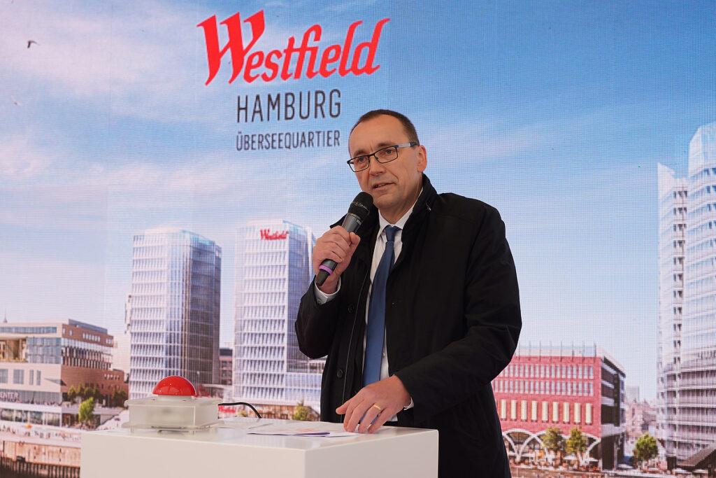 """Andreas Hohlmann, Managing Director bei Unibail-Rodamco-Westfield in Deutschland: """"Eingebettet in das pulsierende Mixed-use-Quartier wird dadurch die Attraktivität der HafenCity, der Stadt Hamburg sowie der Metropolregion nachhaltig gestärkt."""" © Thomas Hampel"""