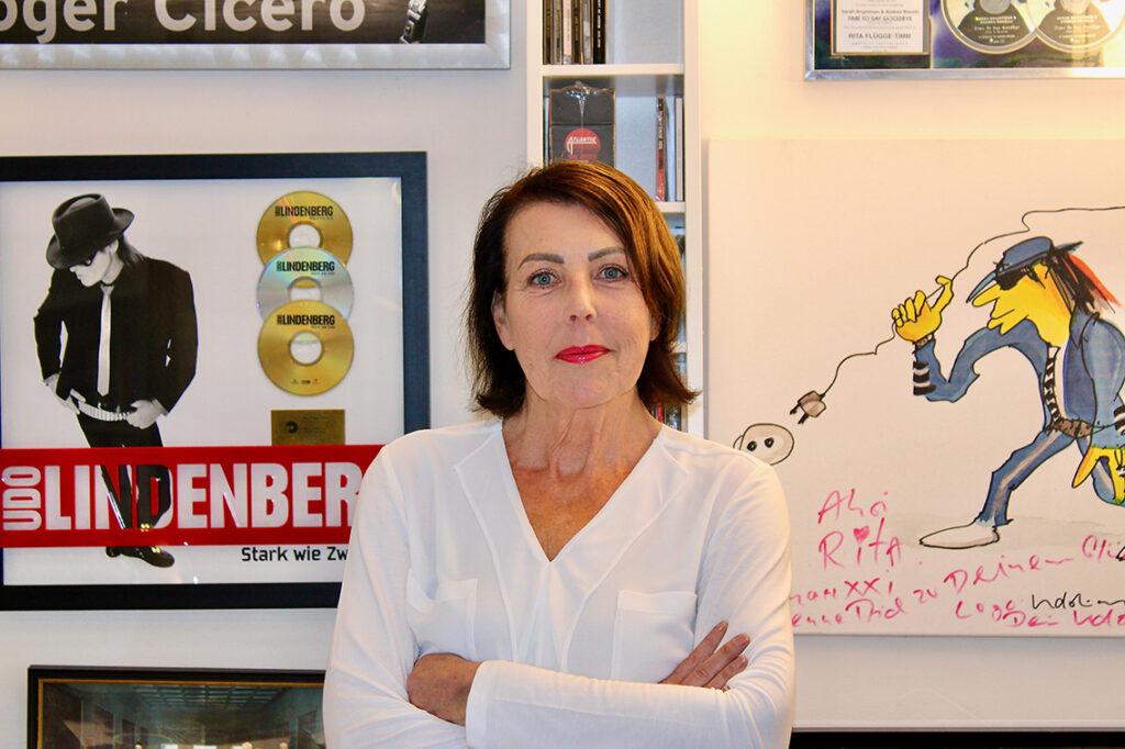 """Artists & Repertoire-Managerin Rita Flügge-Timm: """"Ich gucke, wo die Stärken der Künstler:innen liegen, und arbeite das, was Bemerkenswert ist, heraus."""" © Dagmar Leischow"""